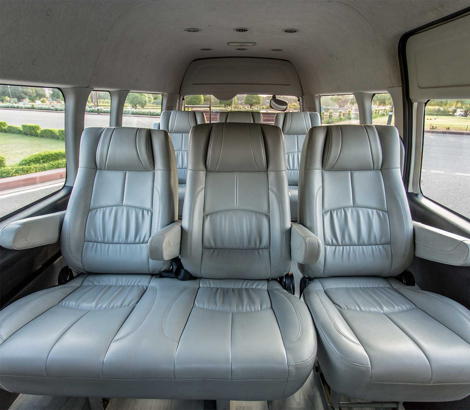 toyota hiace commuter for rent in delhi toyota hiace rental service. Black Bedroom Furniture Sets. Home Design Ideas